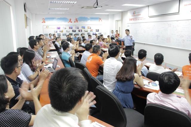 Chú tịch FPT Trương Gia Bình đang chia sẻ những tri thức, kinh ngiệm của mình cho học viên MBA và MiniMBA của Viện quản trị Kinh doanh FSB.