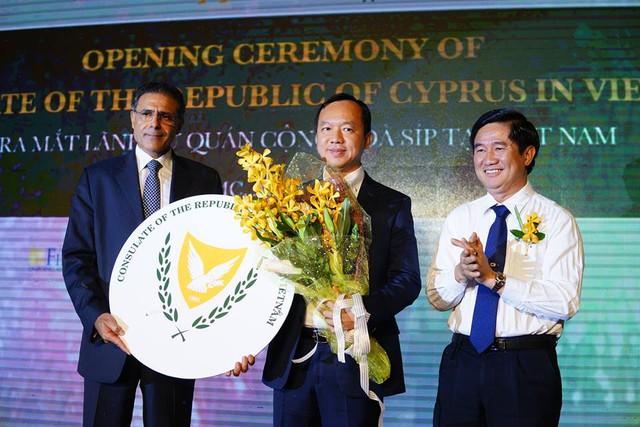 Ngài Demetrios Theophylactou (bên trái) và ông Huỳnh Văn Hạnh, giám đốc Sở Tư Pháp Thành phố Hồ Chí Minh (bên phải) tặng hoa cho Lãnh sự danh dự Cộng Hòa Síp, tiến sĩ Phan Quốc Công (chính giữa).