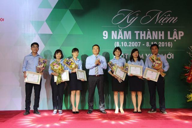 Ông Uông Đông Hưng - Phó TGĐ MB, Chủ tịch HĐQT MIC khen thưởng CBNV MIC trong kỳ thi nghiệp vụ giỏi năm 2016.