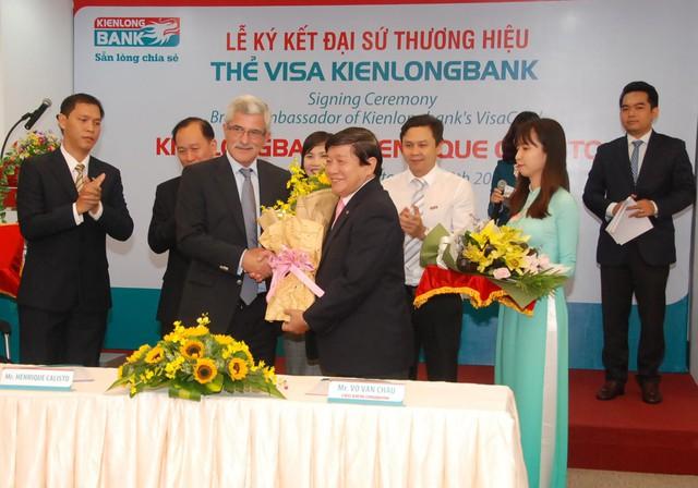 Ông Calisto – Cựu Huấn luyện viên trưởng Đội tuyển Bóng đá Việt Nam và Ông Võ Văn Châu trao hoa chúc mừng sau lễ ký kết Đai sứ thương hiệu cho thẻ Kienlongbank Visa.