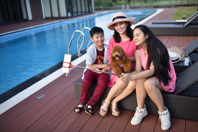 Nữ diễn viên Mai Thu Huyền tới FPT City nhận nhà. Sống trong biệt thự triệu đô ở Phú Mỹ Hưng, Mai Thu Huyền có cơ sở để tin tưởng khoản đầu tư vào khu đô thị 'Phú Mỹ Hưng' tại Đà Nẵng này mang lại giá trị lớn cho cô và gia đình.