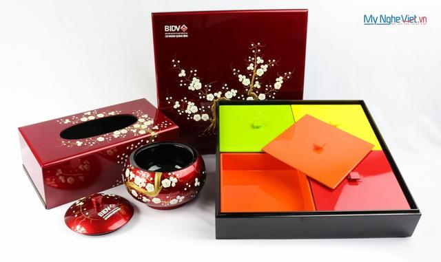 Một bộ quà Tết có hộp đựng mứt, khay mứt, hộp đựng khăn giấy,...