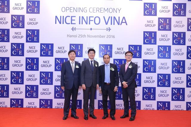 Từ trái qua phải, Ông Shim Eui Young Tổng giám đốc NICE Information Service, Ông Kim Kwang Soo Chủ tịch Tập đoàn NICE, Ông Nguyễn Đồng Tiến Phó Thống đốc NHNN Việt Nam, Ông Hong Woo Sun Tổng giám đốc công ty NICE I&T.