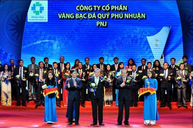Ông Lê Hữu Hạnh – Phó TGĐ PNJ lên nhận chứng nhận Thương hiệu Quốc Gia 2016.