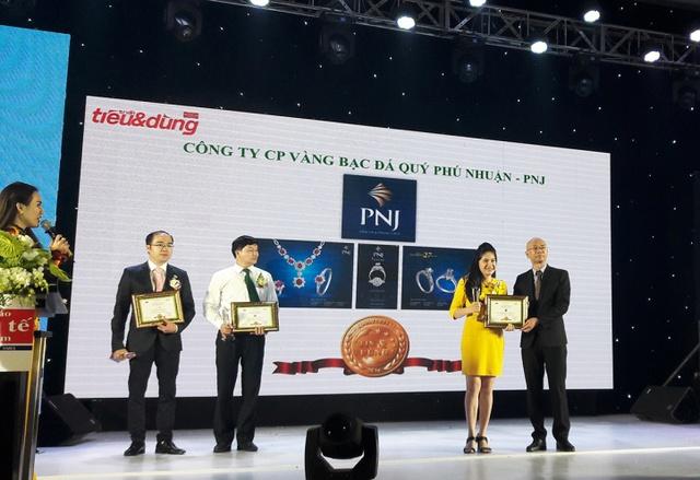 Đại diện PNJ nhận giải thưởng Tin & Dùng Việt Nam 2016 do Thời Báo Kinh tế Việt Nam tổ chức.