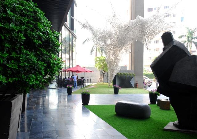 """Những tác phẩm của các nghệ sỹ quốc tế trong chương trình """"Tháng thực hành nghệ thuật"""" thường niên góp phần tạo nên sự độc đáo cho không gian nghệ thuật tại Dolphin Plaza."""