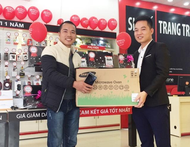 Chọn mua Xperia XA Ultra tại FPT Shop 83 Thanh Xuân, Bắc Giang, anh N.V.Vụ đã bất ngờ trúng lò vi sóng tráng men cao cấp.