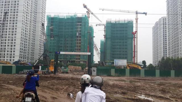Quang cảnh lầy lội trước công trường dự án.