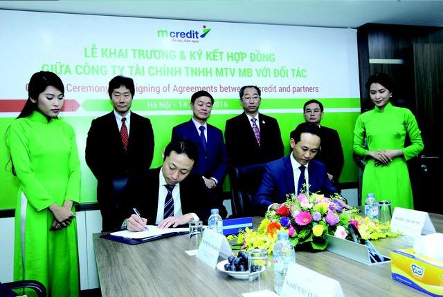 Ký kết hợp đồng chuyển giao công nghệ MCS giữa Mcredit và Công ty tài chính Shinsei (ông Đinh Quang Huy - TGĐ Mcredit và ông Sugie Riku - Đại diện pháp luật kiêm Giám đốc điều hành).