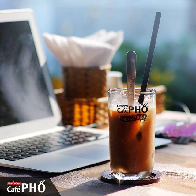 Café PHỐ sữa đá đúng điệu cà phê pha phin Việt Nam.