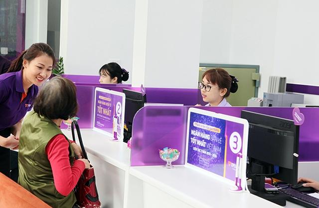 Một trong những khách hàng đầu tiên của TPBank Hà Đông đến giao dịch trong ngày khai trương.