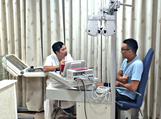 Khách hàng được đo khám thị lực tại Bệnh viện mắt quốc tế Nhật Bản.