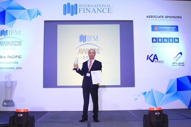 Ông Chu Nguyên Bình - Phó Tổng Giám đốc BAC A BANK nhận Cúp chứng nhận.