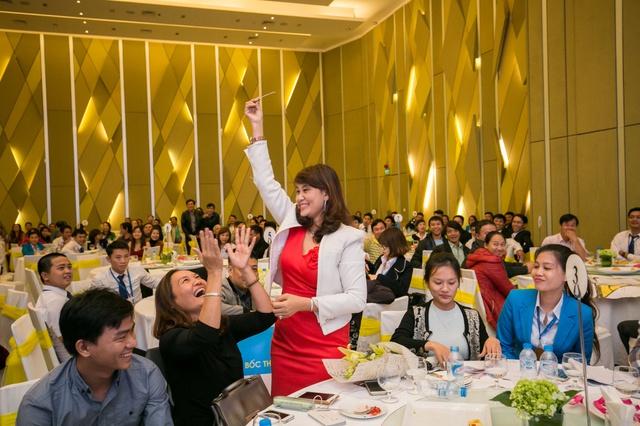 Niềm vui của khách hàng giao dịch thành công may mắn nhận giải thưởng giá trị trong ngày mở bán.