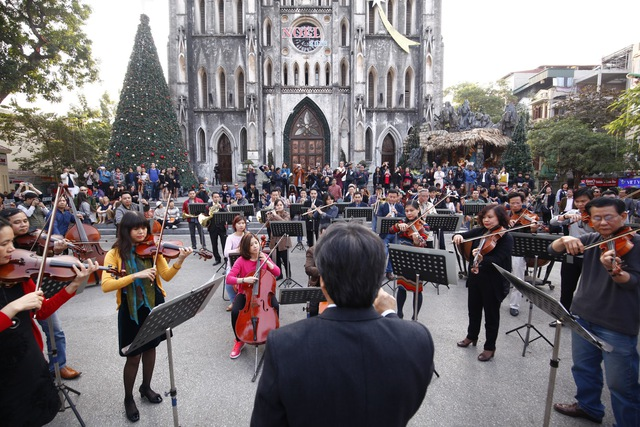 Toàn cảnh giao hưởng flashmob diễn ra tại nhà thờ Lớn Hà Nội ngày 28 tháng 12.