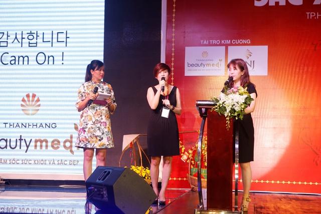 Bác sĩ Shin Kyoung Mi và Bà Đặng Thanh Hà - Phó TGĐ Thanh Hằng Beauty Medi trên sân khấu, sẵn sàng chia sẻ bí quyết chăm sóc sắc đẹp toàn diện cho các nữ doanh nhân.
