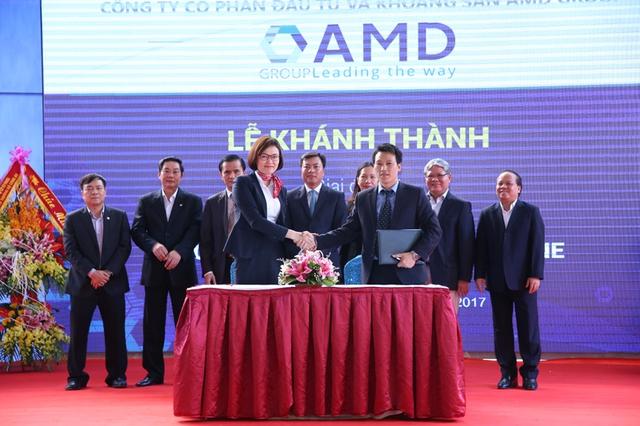 Nhiều đối tác lớn ký kết hợp tác phát triển sản phẩm tại Lễ khánh thành nhà máy.