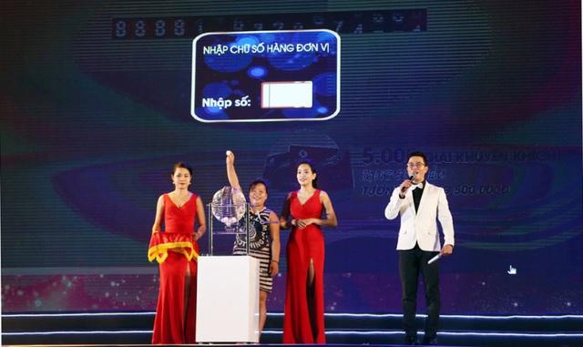 """Không chỉ quay thưởng công khai trước hàng chục ngàn khán giả, lễ trao thưởng của Vingroup cũng luôn mời """"người thật, việc thật"""" đến nhận giải trực tiếp."""