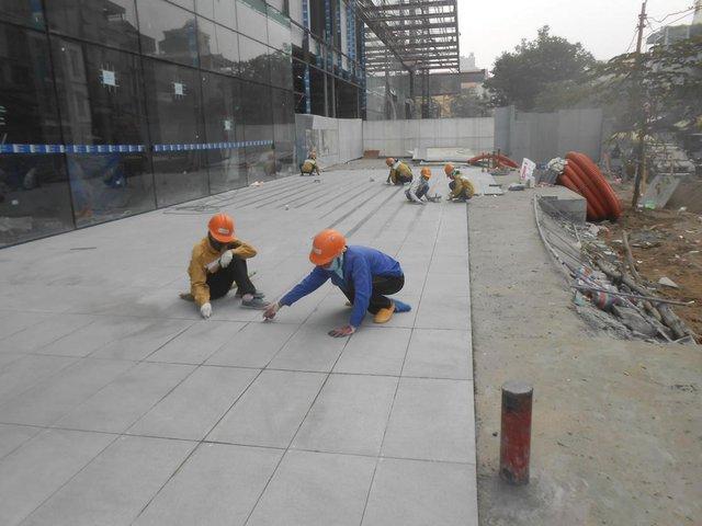Công nhân đang gấp rút hoàn thành những phần việc cuối của dự án.