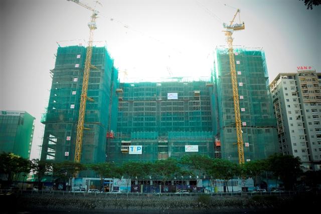Tháp Gold River View đang thi công tầng 20 và tháp B đã thi công xong tầng 27.