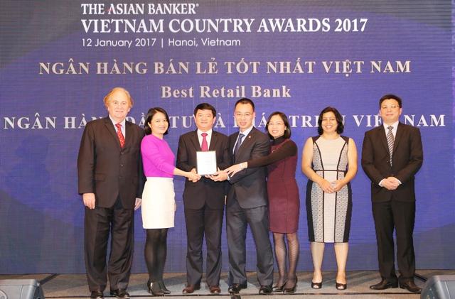 Đại diện lãnh đạo BIDV nhận giải thưởng ngân hàng bán lẻ tốt nhất Việt Nam 2017.
