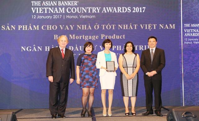 Bà Nguyễn Thị Kim Oanh -PGĐ Ban Phát triển ngân hàng bán lẻ nhận giải thưởng ngân hàng có sản phẩm cho vay nhà ở tốt nhất Việt Nam 2017.