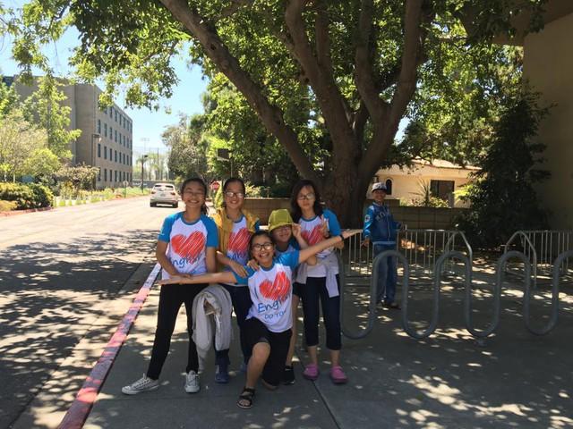 Em Lầu Mỹ Khiết (áo vàng) tham gia du học hè đến Los Angeles và Hawaii năm 2016.