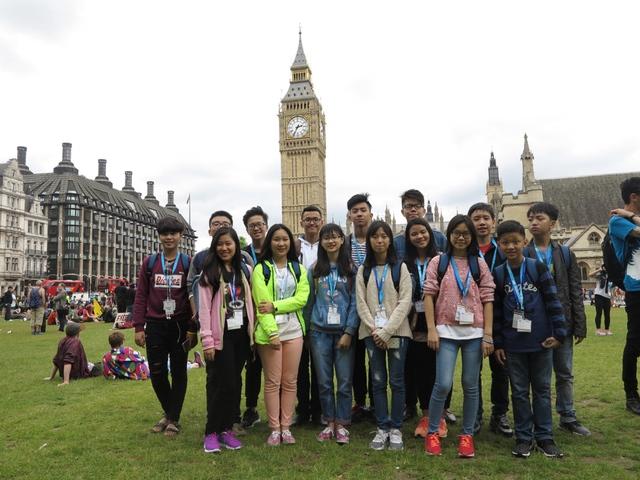 Các em du học sinh đang phấn khởi trong chuyến tham quan thành phố London.