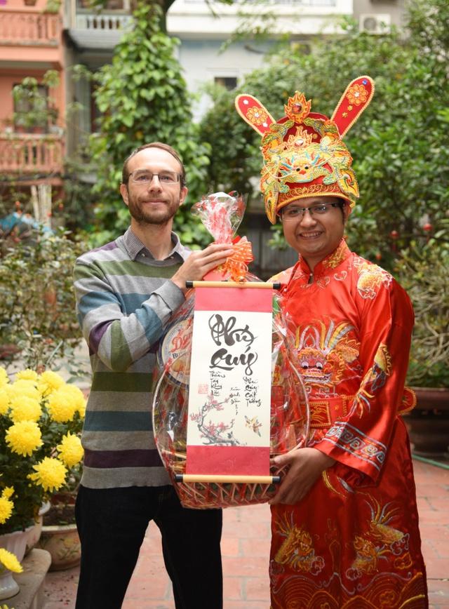 Ông Michael Heyman – nhận vàng và quà từ Thần Tài Phú Quý.