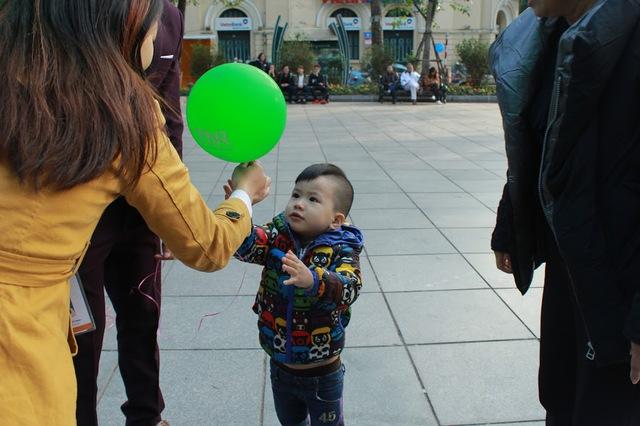Các em bé rất hào hứng nhận bóng từ các nhân viên phân phối.