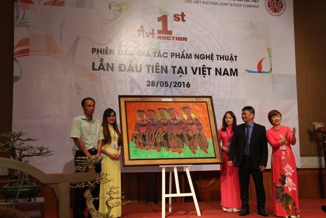 Bà Hạnh chủ trì phiên bán đấu giá các tác phẩm nghệ thuật đầu tiên tại Việt Nam.