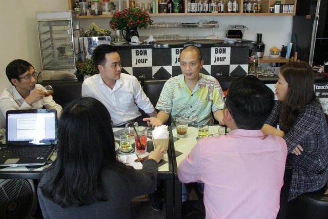 Học viên MiniMBA Trần Sỹ Sơn, Giám đốc Công ty PYS Travel, đang được nguyên CEO FPT Nguyễn Thành , giảng viên doanh nhân của FSB, tư vấn cho chiến lược phát triển doanh nghiệp.