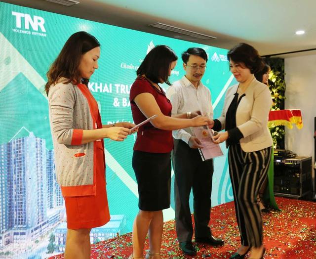 Bà Hồ Thị Thanh Thủy - Giám đốc Trung tâm Dịch vụ khách hàng và Quản lý sản phẩm GoldSilk trao sổ đỏ tới đại diện cư dân khu liền kề.