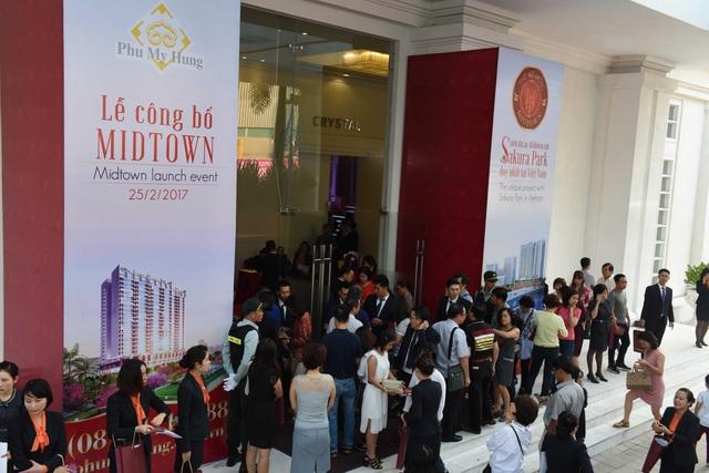 Với mức giá không thấp, vẫn có khoảng 800 người đã hào hứng đến tham dự sự kiện từ sáng sớm. Ảnh: Duyên Phan.