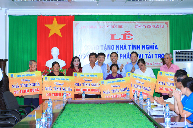Đại diện Ban Lãnh đạo PVI trao tặng nhà tình nghĩa cho những người nghèo hoàn cảnh khó khăn tại tỉnh Bến Tre.