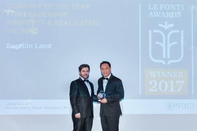 Ông Han Suk Jung, Giám đốc điều hành SonKim Land (bên phải) cùng với đại diện Ban tổ chức giải thưởng IAIR tại sự kiện.