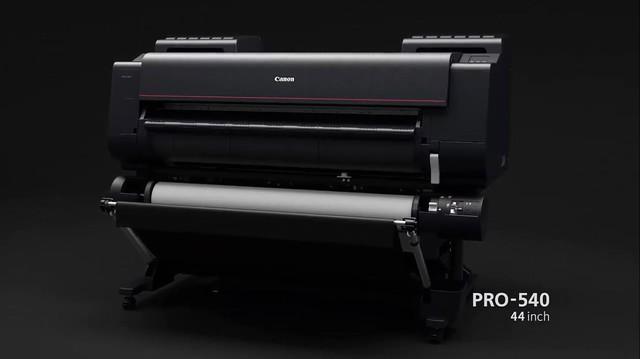 Máy in iPF PRO-540 có thiết kế chiều ngang máy nhỏ gọn, chuyên nghiệp.