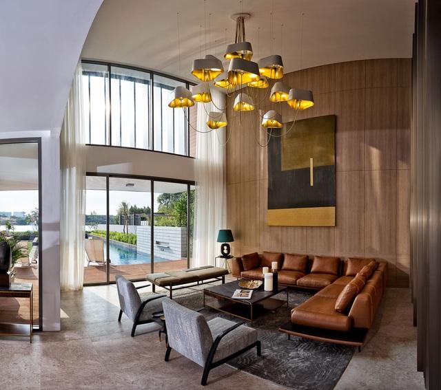 Phòng khách thông trần, không gian thoáng đạt, mở rộng tầm nhìn ra sông.