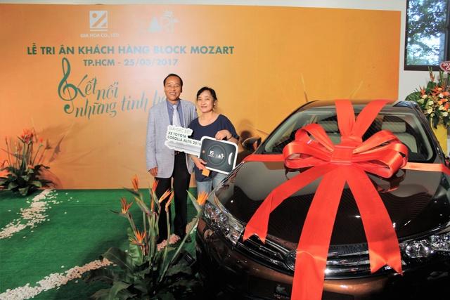 Ông Lê Hùng Mạnh – TGĐ Công ty Gia Hòa (trái) trao thưởng cho khách hàng may mắn nhất block Mozart.