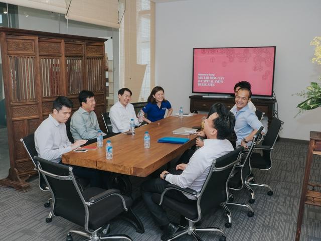 Ông Lim Ming Yan cùng đại diện CapitaLand trao đổi cùng Toong Coworking Space.