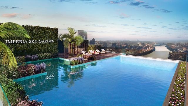 Từ bể bơi vô cực, cư dân Imperia Sky Garden sẽ được ôm trọn thành phố từ trên cao trong một ánh nhìn.