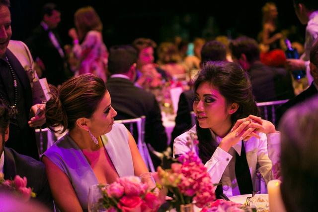 Coco Trần thân thiết với nữ diễn viên Eva Longoria trong sự kiện.