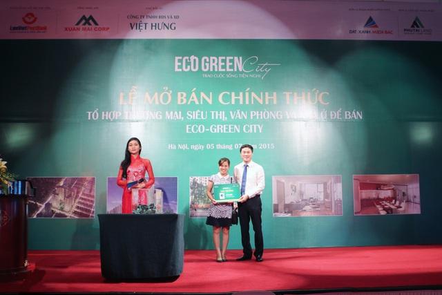 Hình ảnh trao giải thưởng cho khách hàng