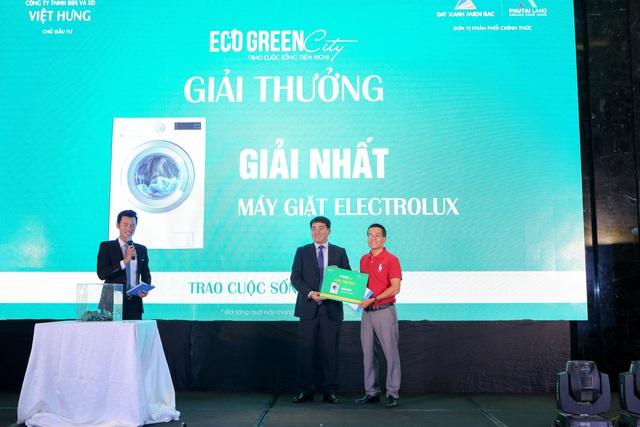 Ông Bùi Khắc Sơn, Chủ tịch Hội đồng Quản trị Công ty CP Đầu tư và Xây Dựng Xuân Mai– Đại diện tổng thầu EPC trao giải cho khách hàng