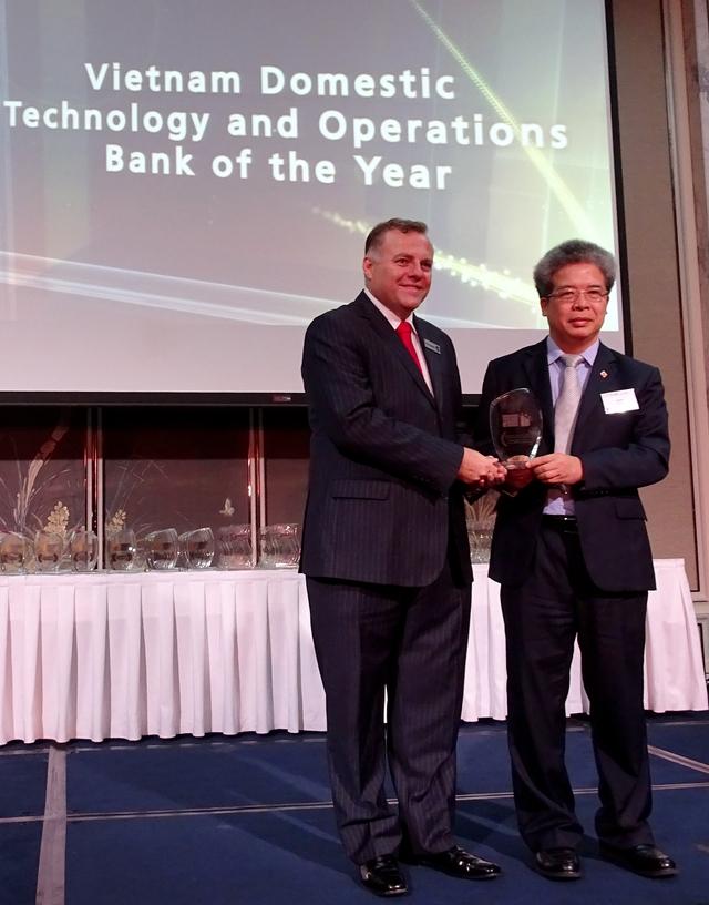 Đại diện BIDV nhận giải thưởng Ngân hàng Việt Nam tốt nhất về Công nghệ và vận hành tại Singapore