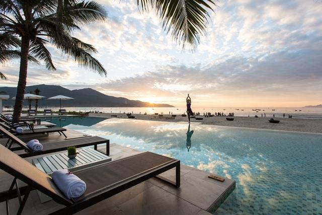 Quang cảnh biển thanh bình tuyệt đẹp nhìn từ bể bơi của Fusion Suites Đà Nẵng