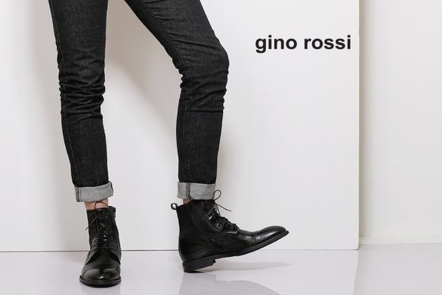 Các thiết kế từ bộ sưu tập này kết hợp đơn giản giữa hình thức với độ rõ nét của các chi tiết.Đế khổng lồ và các yếu tố kim loại pha trộn hoàn hảo với tông màu dịu và mũ giày đơn giản.