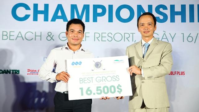 Ông Trịnh Văn Quyết - Chủ tịch HĐQT Tập đoàn FLC – trao cúp và phần thưởng cho gôn thủ có kết quả thi đấu tốt nhất FLC Golf Championship 2015