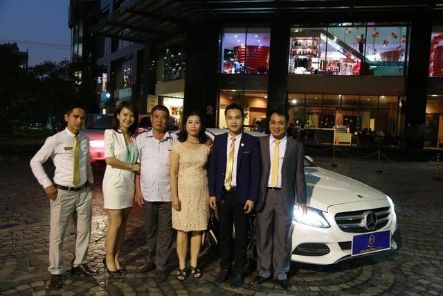 Khách hàng trúng giải Đặc biệt – Bùi Thị Tuyết Ngà cùng người thân và bạn bè đã đến nhận xe hơi Merceder C200 trị giá 1,4 tỷ đồng