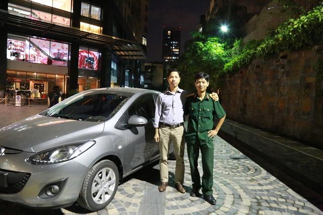 Khách hàng Đinh Vũ Bằng cùng anh họ nhận giải nhất xe hơi Mazda